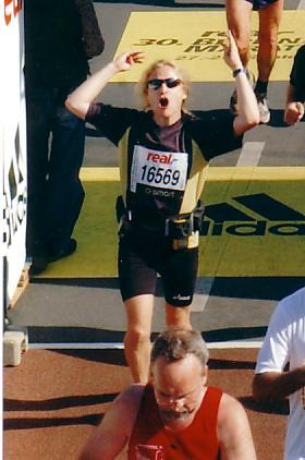 Ulf in Siegerpose beim Zieleinlauf Berlinmarathon 2003