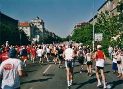 Wenige Kilometer nach dem Start, die Läufer vor mir