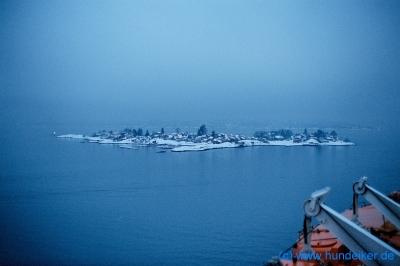 Kurz vor Oslo, ein verschneites Inselchen im Fjord. 8.1.2004